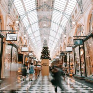 conoscere le tecniche di allestimento, illuminazione ed esposizione dei prodotti nelle vetrine e all'interno dei negozi